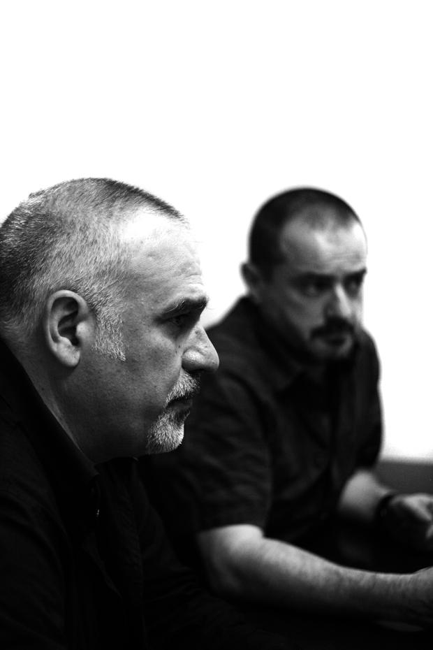 Pep Dardanyà (primer término) y Xavier Arenós durante la conversación con Antonio Ontañón para el número 4 de Situaciones. © Alán Carrasco