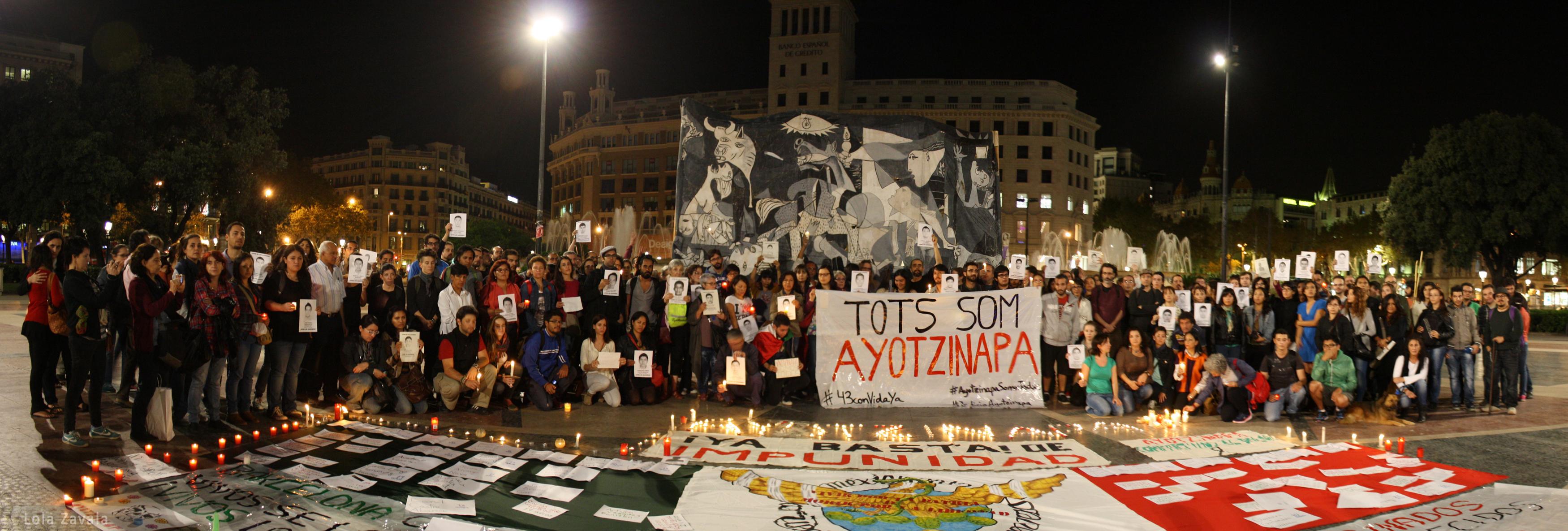Concentración en apoyo a los estudiantes y familiares de Ayotzinapa en la Plaça Catalunya de Barcelona