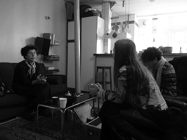 Esther Ferrer en su casa de París