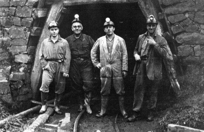 Mineros a la entrada de la bocamina, 1956.