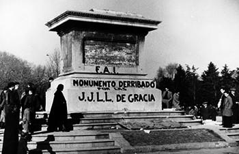 Monumento derribado: El general Prim descabalgado. Iconoclastia barcelonesa, 1936.